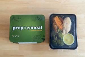 Die Prep My Meal Abnehm-Box mit Hähnchenbrust, Broccoli und Süßkartoffeln in der Verpackung