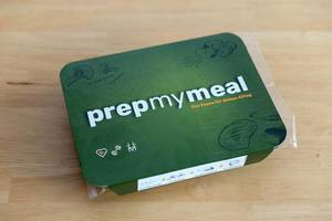 Die Prep My Meal Abnehm-Box mit Hühnerbrust, Süßkartoffeln und Brocolli in der Verpackung
