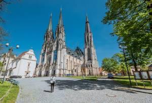 """Die römisch-katholische Kathedrale """"St. Wenzelsdom"""" am Wenzelsplatz in der Universitätsstadt Olmütz, Tschechien"""