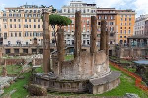 Die Säulen der Largo di Torre Argentina Ruine in Rom