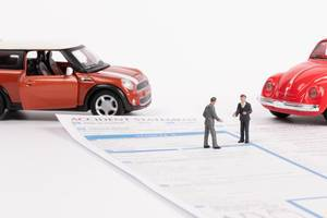 Die Szene nach einem Unfall mit zwei Autos, zwei Menschen und ein Schadensbericht