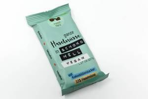 Die vegane Schokolade von HaselHerz mit Kokosblütenzucker und ganzen Haselnüssen in Schoko Hell ist laktosefrei, glutenfrei und palmölfrei