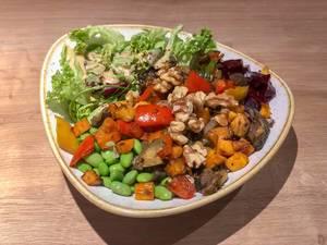 Die Veggie Buddha Bowl mit gegrilltem Gemüse, Paprika, Edamame, Nüssen, Rote Beete, Vollkornreis, Soja-Sesam-Soße und frischem Basilikum