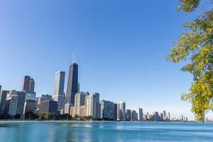 Die Wolkenkratzer von Chicago und der Michigansee an einem schönen Herbsttag