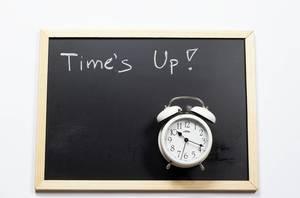 Die Zeit ist um. Kreidetafel und Uhr