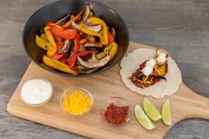 Die Zutaten für das Hello Fresh Rezept: Vegetarische Fajitas mit Paprika & Pilzen selbst gemachter, scharfer Soße und Limettenschmand