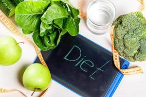 Diet-Text: Diät / Ernährung, mit-Maßband und grünem Obst, Gemüse und Salat