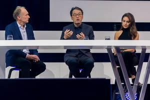 Digital X in Köln: Alex Jinsung Choi der Deutsche Telekom AG gestikuliert im Gespräch mit Sir Tim Berners-Lee und Nazan Eckes