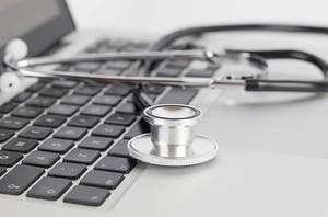 Digitale Sprechstunde: Arzt-Equipment auf Computertasten