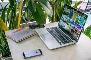 Digitales Nomadenleben – online arbeiten am Laptop und  reisen in verschiedene Länder