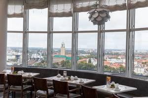 Dinner with a view: Berliner Restaurant des Select Hotels im Spiegelturm mit Blick auf den S-Bahnhof und das Gesundheitsamt Spandau