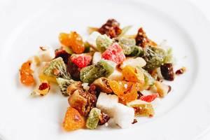 Diverse Arten von getrockneten Zitrusfrüchten vor weißem Hintergrund