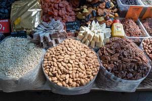 Diverse Nüsse, Trockenfrüchte und Süßigkeiten am Danilovsky Market in Moskau