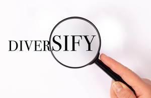 Diversify unter der Lupe auf weißem Hintergrund