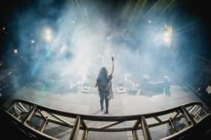 DJ Jennifer Lee von hinten eingehüllt in Rauch auf Bühne an Dinagyang Festival, Philippinen