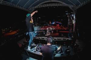 DJ Marc und MC VP performen auf der Bühne Dinagyang Festival auf den Philippinen