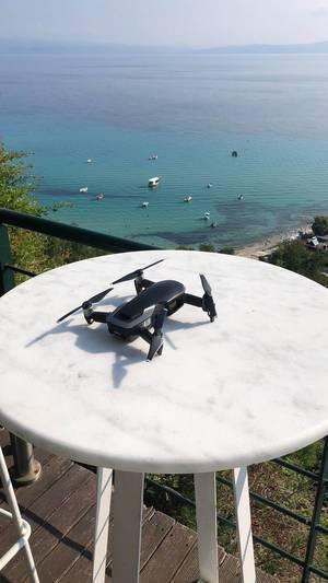 DJI Mavic Air auf weißem Tisch und Meer im Hintergrund