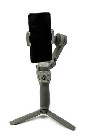 DJI-Osmo-Mobile-3 Gimbal mit Smartphone eingespannt über weißem Hintergrund