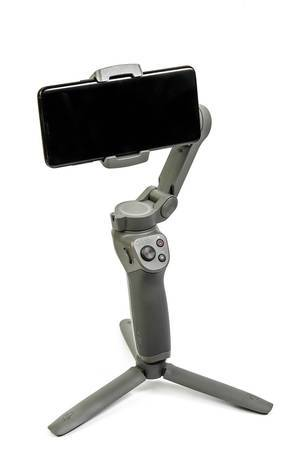 DJI-Osmo-Mobile-3 Gimbal mit Smartphone eingespannt