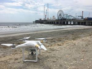 DJI Phantom Drohne vor Vergnügungspark Steel Pier in Atlantic City, USA