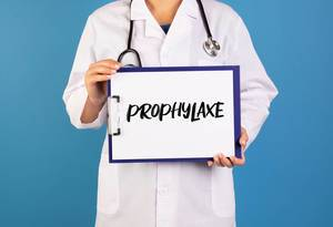 Doctor holding clipboard with Prophylaxe text