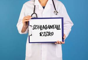 Doctor holding clipboard with Schlaganfall Risiko text