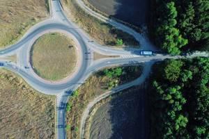Dohnenaufnahme aus der Luft eines gesperrten Kreisverkehrs in Romänien Ploiesti