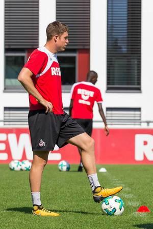 Dominique Heintz bereitet sich auf den Schuss vor - 1. FC Köln