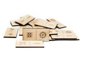 Dominosteine aus Holz mit diversen Zeichen