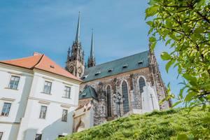 Domkirche und Kathedrale St. Peter und Paul des Bistums Brünn, Tschechien, vor blauem Himmel