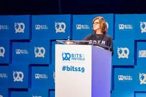 """Donna Carpenter von Burton Snowboards zum Thema """"The power of No"""" auf der Bühne von Bits & Pretzels 2019"""
