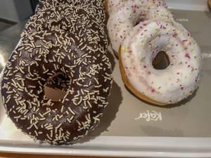 Donuts mit Schokoladenguss und Streuseln