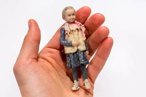 Doob - print yourself in 3D: A child as 3D-Print in the hand infront of a white background