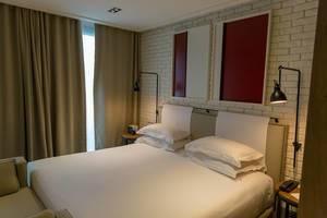 """Doppelbett mit weißem Laken im Hotelzimmer des """"The Corner Hotel"""" nahe des Plaça del Doctor Letamendi Parks in Barcelona, Spanien"""