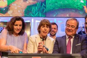 Dorothee Bär, Armin Laschet und Henriette Reker spielen auf der Nintendo Switch