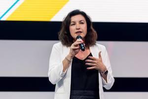 Dorothee Bär hält ein Mikrofon in der Hand während ihrer Rede über Digitalisierung beim Digital X Event in Köln