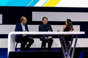 Dr. Alex Jinsung Choi (Deutsche Telekom AG) zwischen Sir Tim Berners-Lee und Nazan Eckes auf der Digital X Bühne in Köln