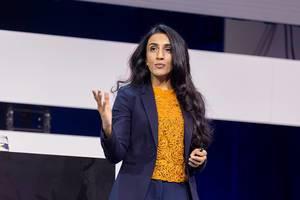 Dr Ayesha Khanna auf der Bühne der Digital X Konvention in Köln