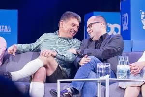 Dr. Carsten Breitfeld und Dr. Lars Krause lachen bein Interview