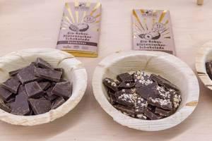 Dr. Georg - vegane Bio Kokos-Blütenzucker Schokolade in den Variationen Zartbitter und mit Nüssen in Bambusschalen