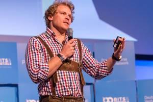 Dr. Julian Hosp auf der Bühne