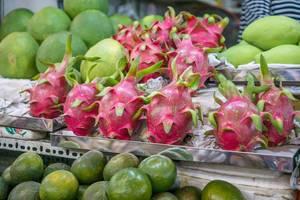 Drachenfrüchte und andere exotische Früchte auf dem Touristenmarkt in Saigon