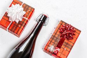 Draufsicht - eine Flasche Champagner und zwei Geschenkboxen - Das Konzept von Weihnachten