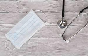 Draufsicht einer Gesichtsmaske und eines Stethoskops