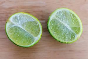 Draufsicht einer halbierten Limette