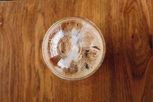 Draufsicht eines Bechers zum Mitnehmen mit Eiscappuccino
