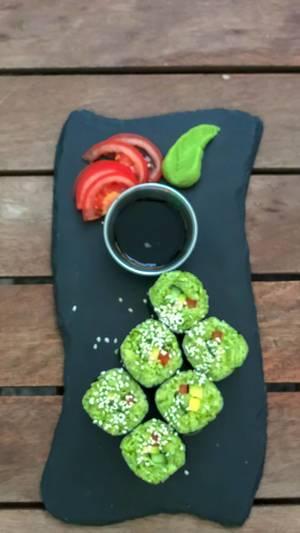 Draufsicht von California rolls beim Avocado Cafe