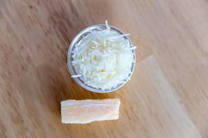 Draufsicht von geriebenem Käse in kleiner Glasschüssel
