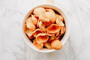 Draufsicht von gesunden Chips. Knabberzeug.