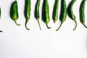Draufsicht von grünen Chilischoten. Stiele im Mittelpunkt